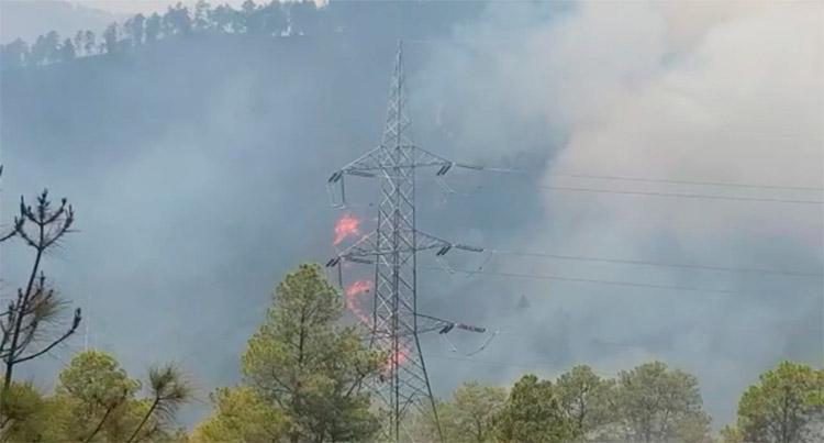 Con agua arrojada desde helicópteros apagan incendio en El Hatillo (Video)