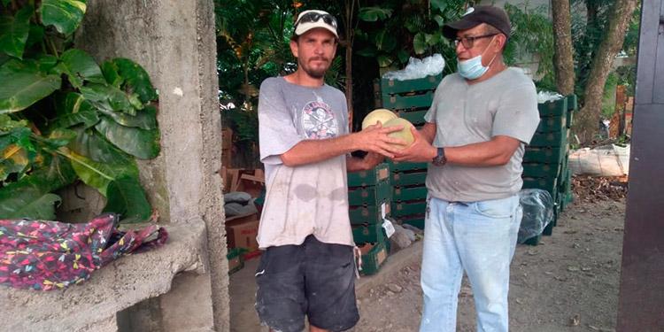 Los melones han sido entregados a personas vulnerables de la zona de Tela, Atlántida.