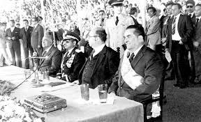 A la derecha, el presidente Roberto Suazo Cordova, seguido del titular de Congreso, Efraín Bu Girón y el jefe de estado saliente, el general Policarpo Paz García.