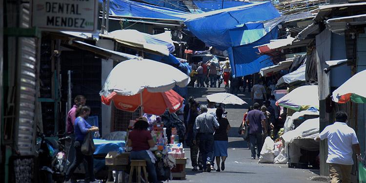 En masa salen a comprar combustible y alimentos