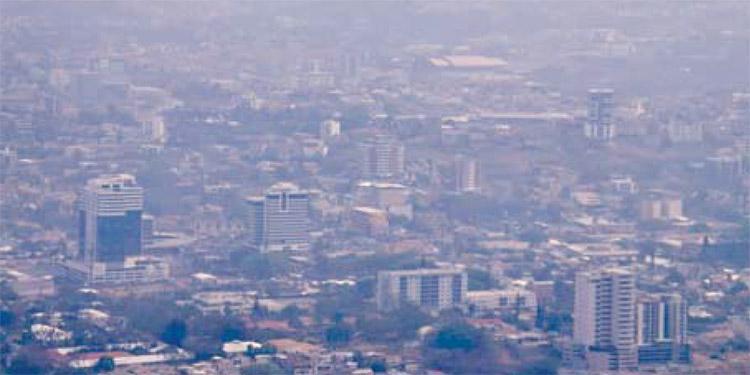 El incendio desatado en el relleno sanitario ha generado una enorme cantidad de humo con gases contaminantes, que producen olores fétidos en el centro de la capital y sus alrededores.