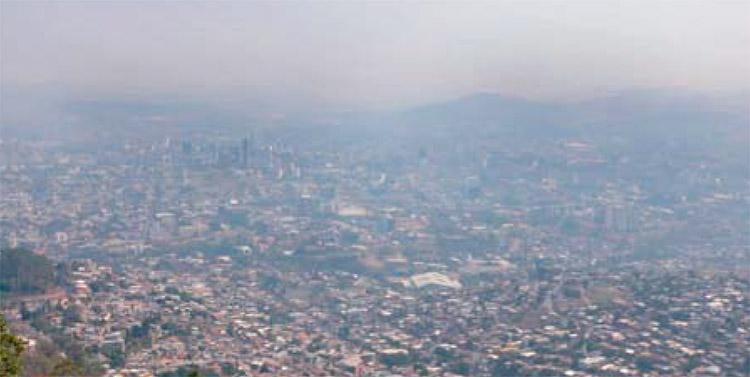 Bruma y hediondez contaminan la capital