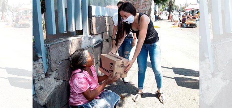 """Hija de """"El Chapo"""" Guzmán entrega despensas con la imagen de su padre"""