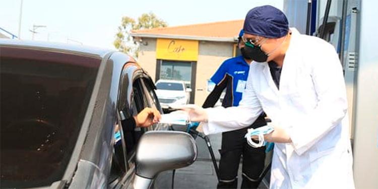 Gasolinera UNO regala mascarillas a sus clientes