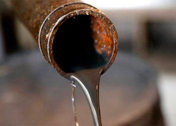 Petróleo baja un 0.8% por aumento de inventarios