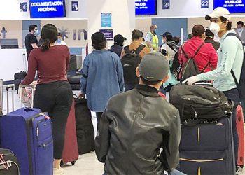 Unos 270 hondureños en Europa regresan al país y harán cuarentena en casa