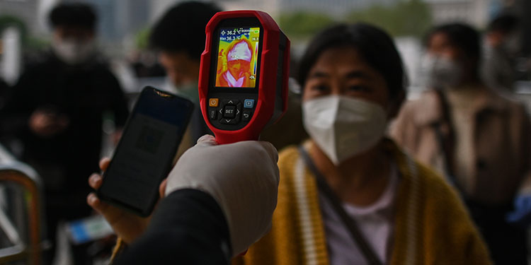 Coronavirus podría viajar hasta 4 metros, según estudio en Wuhan
