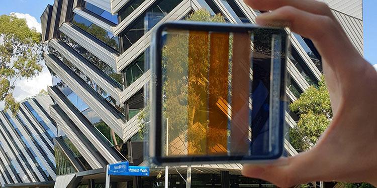 Prototipo de una célula solar semitransparente de perovskita con niveles contrastantes de transparencia de la luz, desarrollado por la Universidad de Monash y el Centro Exciton (fotos del Dr. Jae Choul Yu, cortesía de CSIRO).