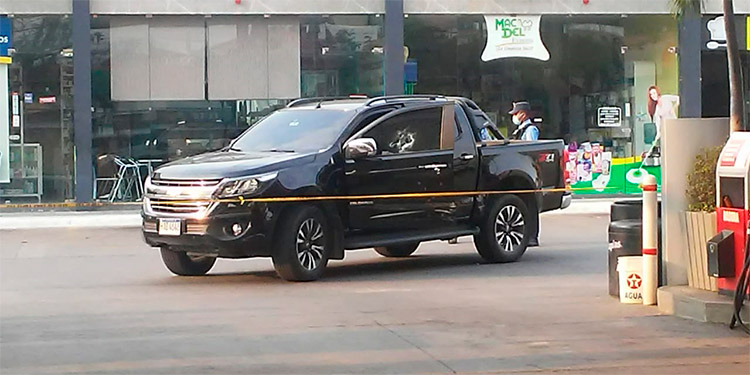 Pistoleros acribillan a conductor de pick up frente a gasolinera