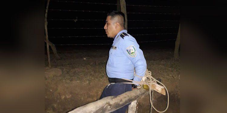 En retén de pobladores amarran a dos policías