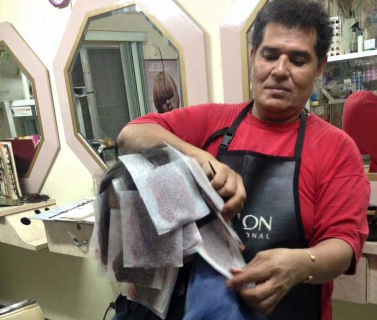 """Barberos a protestas de """"tijeras caídas"""""""