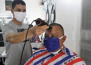 Los dueños de las barberías, pero también sus clientes, se mostraron satisfechos ante la reapertura de estos negocios.