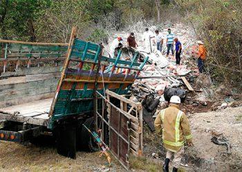 Dos muertos en estrepitoso volcamiento de camión