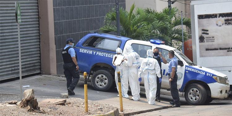 Agentes de la Dirección Policial de Investigaciones indagan sobre el feminicidio para dar con el paradero del autor del crimen.