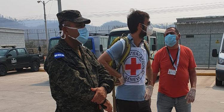 Los voluntarios de la Cruz Roja Internacional entregaron los insumos biomédicos junto a agentes de seguridad.