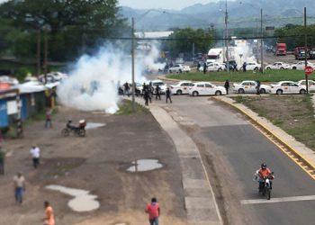 A las 10:20 de la mañana, inició el desalojo de los miembros de la Asociación de Taxistas de Honduras (Ataxish) por fuerzas antimotines.
