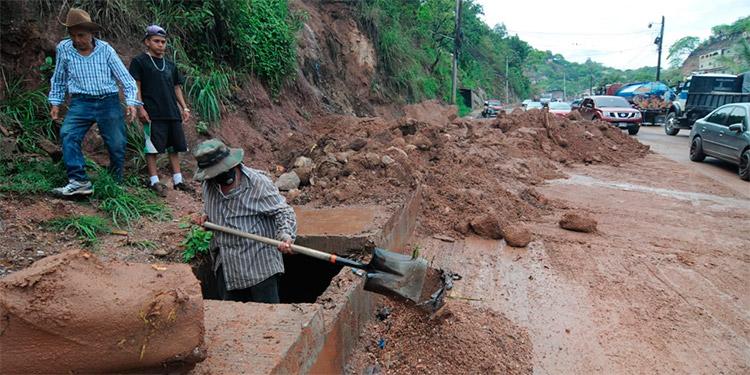 En la salida a Danlí, las lluvias causaron un derrumbe a la altura de la colonia Villa Nueva.