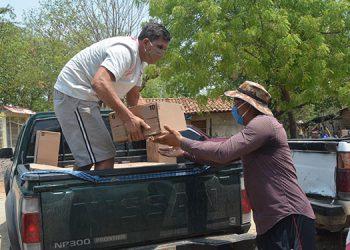 Los aldeanos contribuyeron a descargar las raciones a un lugar seguro para luego distribuirlas entre la población.
