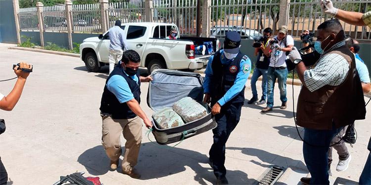 Con 50 libras de marihuana en maleta capturan motociclista