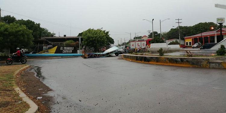 Rótulos publicitarios se han caído en la ciudad de Choluteca por los fuertes vendavales.