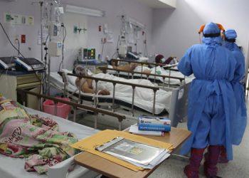 """""""Abarrotadas"""" las salas donde se atienden pacientes COVID de los hospitales nacionales, informaron los médicos."""
