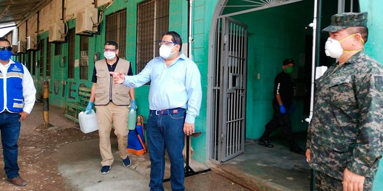 Aspersor desinfectante instalan en centro penal