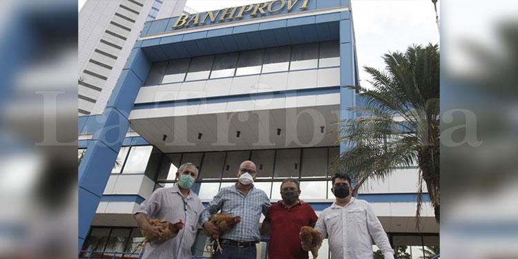 Con gallinas en mano reclaman a Banhprovi