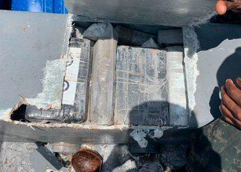 Varios paquetes con cocaína fueron localizados en la lancha decomisada.