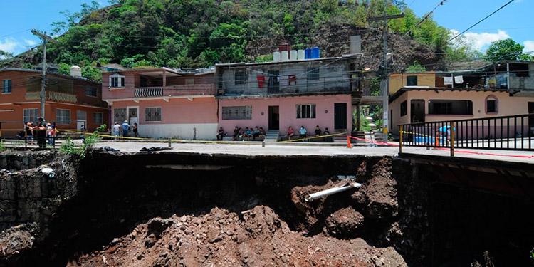 Varias casas de la colonia la Kasandra quedaron a punto de derrumbarse por las aguas de la quebrada.