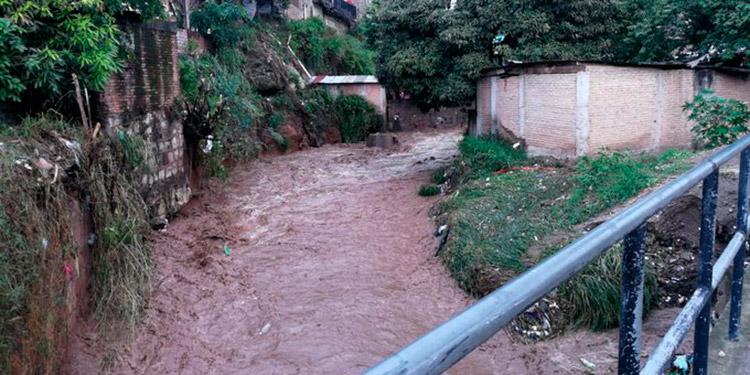 Derrumbes y casas dañadas dejan lluvias en unas ocho colonias