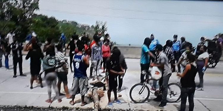 """¡No soportamos el hambre! gritan """"rosquilleros"""" de Sabanagrande en protesta"""