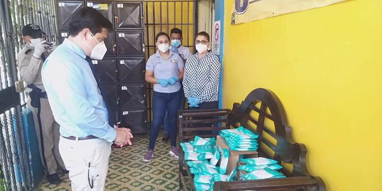 """Las mascarillas KN95 fueron entregadas por estudiantes de la Universidad Politécnica al director del Hospital """"Gabriela Alvarado"""", Carlos Quintero."""