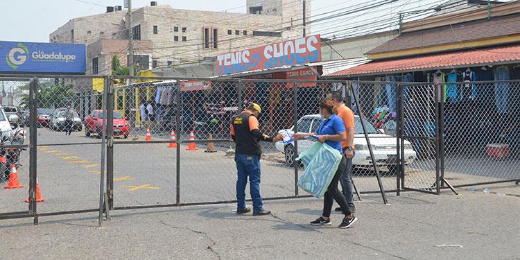 """Al mercado """"Inmaculada Concepción"""" se entra dependiendo el último dígito de tarjeta de identidad y eso ha generado problemas entre los mercaderes."""