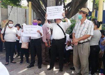 Un grupo de meseros de restaurantes y hoteles de Tegucigalpa, con pancartas se apostaron muy temprano en los bajos del Congreso Nacional.