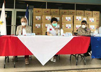 La embajadora de China Taiwán, Ingrid Hsing, realizó la entrega de 180,000 mascarillas quirúrgicas al HEU.