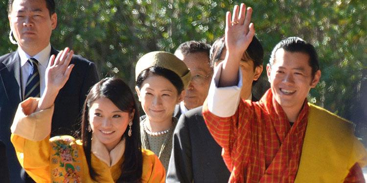 El rey de Bután, Jigme Khesar Namgyel Wangchuck (d), y la reina Jetsun Pema Wangchuck