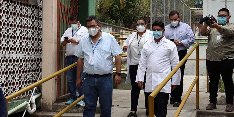 En el Hospital Mario Catarino Rivas autoridades supervisaron los avances en la instalación del hospital móvil.