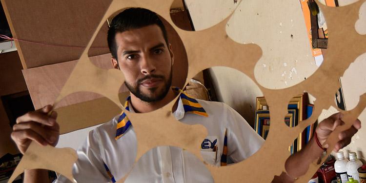 Mauricio Javier Cálix muestra parte de su trabajo artesanal e industrial.