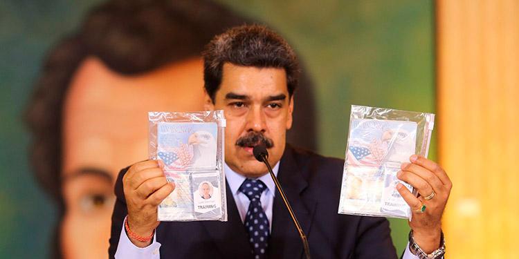 El presidente de Venezuela, Nicolás Maduro, muestra documentos de dos estadounidenses detenidos.