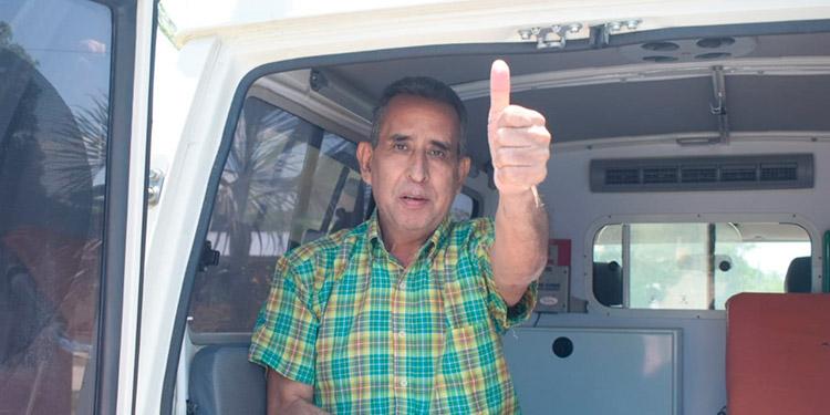 El periodista Orlando Escoto, cuando volvía emocionado a su hogar.