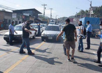 Con toma de cuatro carreteras taxistas y buseros exigen trabajar