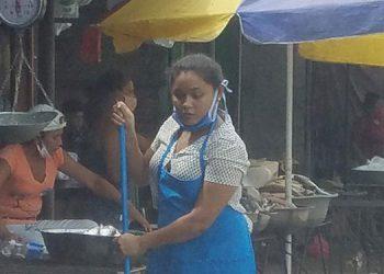 Los mercaderes desde temprano la mañana de ayer protestaron por la instalación de las vallas de hierro.