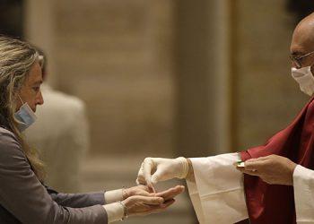 La celebración de la misa ha sido autorizada en las 25,000 parroquias de la península, pero con la condición de que se respete un protocolo específico para evitar la propagación del virus.   (LASSERFOTO AP)