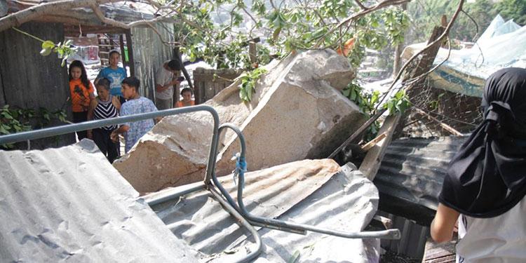 Rocas por poco aplastan familias