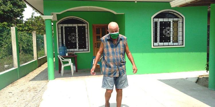 El señor Raúl Recinos Matamoros vive solo en su apartamento de la colonia Las Brisas, de Tela y  espera el apoyo de las autoridades de Honduras o Nueva York.