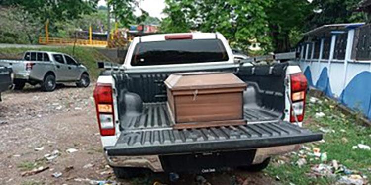 El ataúd fue llevado al cementerio con toda normalidad, como si se tratara de un fallecido real por COVID-19.