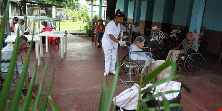 Anciano muere por COVID-19 y 16 más contagiados en asilo