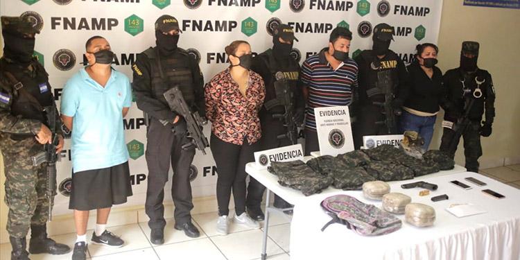 Entre otras evidencias, a los pandilleros les decomisaron indumentaria militar, supuestamente usada para cometer varios crímenes y delitos en distintos puntos de la capital y sus alrededores.