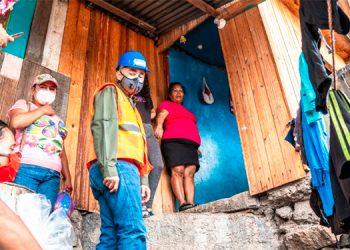 Precandidato a la alcaldía capitalina entrega ayuda a damnificados por lluvias