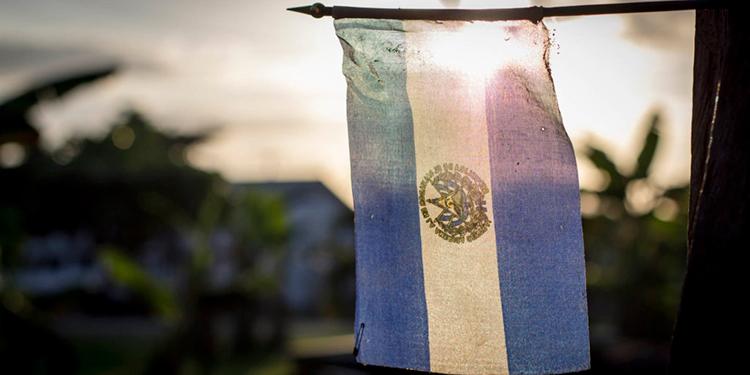 Habitantes de la capital salvadoreña cuelgan banderas para pedir alimentos
